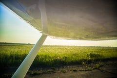 Uma paisagem aero bonita que olha fora de uma janela plana pequena sob a asa Riga, Letónia, Europa no verão Voo autêntico ex imagens de stock royalty free