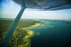Uma paisagem aero bonita que olha fora de uma janela plana pequena sob a asa Riga, Letónia, Europa no verão Voo autêntico ex fotos de stock royalty free
