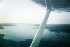 Uma paisagem aero bonita que olha fora de uma janela plana pequena sob a asa Riga, Letónia, Europa no verão Voo autêntico ex imagens de stock