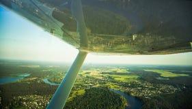 Uma paisagem aero bonita que olha fora de uma janela plana pequena sob a asa Riga, Letónia, Europa no verão Voo autêntico ex foto de stock royalty free