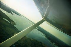 Uma paisagem aero bonita que olha fora de uma janela plana pequena sob a asa Riga, Letónia, Europa no verão Voo autêntico ex fotos de stock