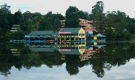 Uma paisagem da casa de barco do kodaikanal no amanhecer com reflexões fotografia de stock royalty free