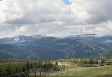 Uma paisagem da montanha na mola adiantada Imagem de Stock