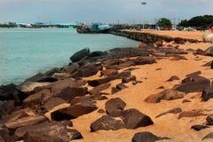 Uma paisagem da praia karaikal com maneira de pedra e a casa clara imagem de stock royalty free