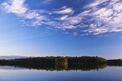 Uma paisagem do céu azul de um lago em Finlandia imagem de stock