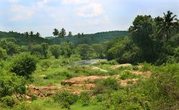 Uma paisagem do rio pequeno com montes foto de stock