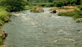 Uma paisagem do rio pequeno com rochas foto de stock royalty free