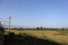 Uma paisagem do verão do trem de Bulgária - montanha e fileiras do céu azul Fotos de Stock Royalty Free