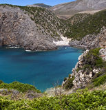 Uma paisagem litoral com as praias da montanha dois um mar azul Fotografia de Stock Royalty Free