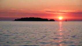 Uma paisagem mágica incrível com um barco de navigação que siga da ilha e flutue ao longo do mar no fundo do filme