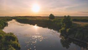 Uma paisagem pitoresca sobre um campo rural Por do sol vídeos de arquivo