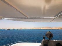 Uma paisagem pitoresca, uma vista do mar azul e as montanhas amarelas distantes do lado, táxis da areia de uma caixa branca, um b imagens de stock