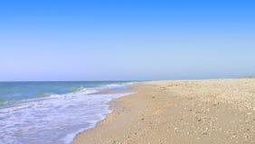 Uma paisagem quieta do verão do mar - a onda rola em c Foto de Stock