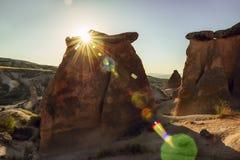 Uma paisagem rochosa interessante na luz da noite Turquia Cappadocia Foto de Stock