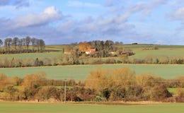 Uma paisagem rural inglesa com exploração agrícola Imagem de Stock