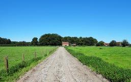 Uma paisagem rural inglesa com exploração agrícola Fotografia de Stock Royalty Free