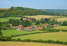 Uma paisagem rural inglesa com Hamlet fotos de stock