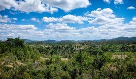 Uma paisagem tropical no leste de Cuba foto de stock