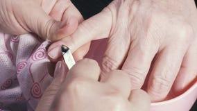 Uma palma do ` s da mulher adulta no tratamento de mãos video estoque