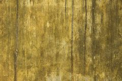 Uma parede branca amarela suja velha com riscos e manchas da pintura e do molde Textura da superfície áspera imagens de stock
