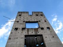 Uma parede cinzenta só contra o céu azul Imagens de Stock