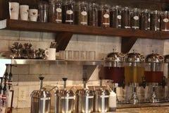 Uma parede da PRATELEIRA dos diversos café e chá foto de stock