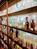 Uma parede das garrafas imagens de stock royalty free