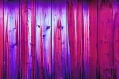 Uma parede de madeira das placas da cor roxa com a imagem do focinho do animal fotografia de stock