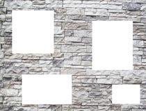 Uma parede de pedra com indicadores brancos Foto de Stock
