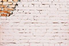 Uma parede de tijolo branca com uma peça do tijolo vermelho Fotografia de Stock Royalty Free