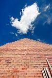 Uma parede de tijolo que aponta ao céu Fotografia de Stock Royalty Free