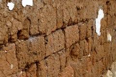 Uma parede de tijolo de terra em uma vila perto da cidade histórica de Lijiang, Yunnan, China foto de stock