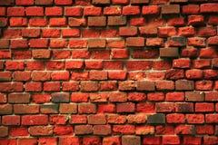 Uma parede de tijolo velha coberta com o musgo Cor vermelha velha de tijolos Fotos de Stock Royalty Free