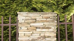 Uma parede de uma pedra decorativa amarela selvagem Imagens de Stock Royalty Free