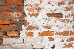 Uma parede dos tijolos cobertos com o cal Imagem de Stock Royalty Free