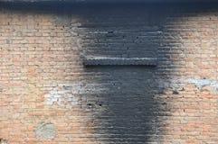 Uma parede enegrecida pelo fumo e pelo fogo fotos de stock