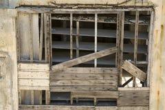 Uma parede velha do armazém da degradação construída da madeira e do cimento imagem de stock