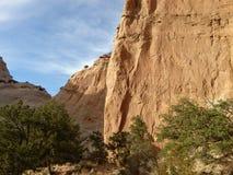 Uma parede vermelha da rocha e um céu azul Foto de Stock Royalty Free