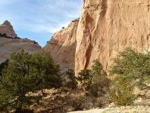 Uma parede vermelha da rocha e um céu azul Fotos de Stock Royalty Free