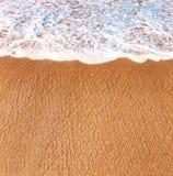 Uma parte da praia e da onda de quebra Imagens de Stock