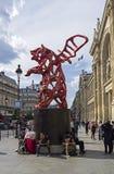 Uma parte de arte contemporânea - a estátua de um urso voado vermelho fotos de stock