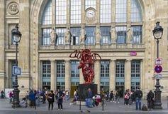Uma parte de arte contemporânea - a estátua de um urso voado vermelho imagens de stock royalty free