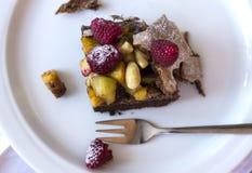 Uma parte de bolo de chocolate com frutos frescos Foto de Stock Royalty Free