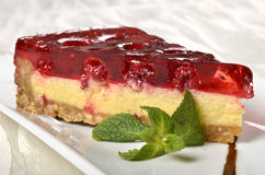 uma parte de bolo de queijo da cereja Fotos de Stock