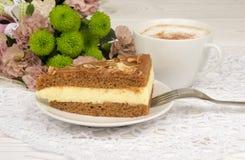 Uma parte de bolo do caramelo e de uma xícara de café Imagens de Stock Royalty Free