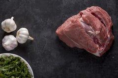 Uma parte de carne crua e de alho com especiarias Imagem de Stock