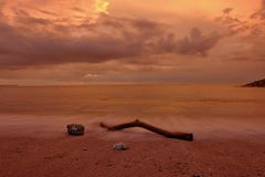 Uma parte de madeira na areia da praia de Kuta Bali no crep?sculo fotos de stock