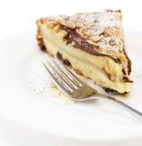 Uma parte de torta da pera em uma placa branca. Fotografia de Stock Royalty Free