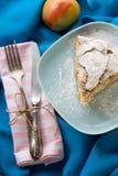 Uma parte de torta de maçã que encontra-se na placa azul, maçã, forquilha Fotografia de Stock Royalty Free