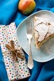 Uma parte de torta de maçã que encontra-se na placa azul, maçã, varas de canela Imagem de Stock Royalty Free